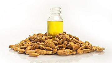 Бадемите и бадемовото масло - дар за кожата, косата и зрението!