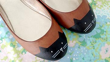 Освежаване на стари обувки. Лесна идея с котенца.