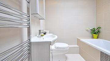 Идеи за повече пространство за съхранение в модерната баня