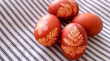 Боядисайте великденските яйца с помощта на люспи от лук