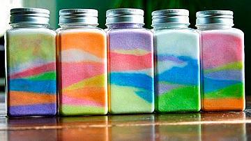 Декорация за стая от бутилки с цветна сол