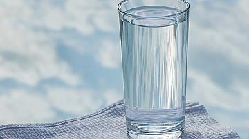 Ако пиете чаша вода преди сън, ще отслабнете и ще сте по-щастливи