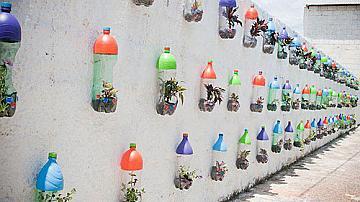 Пластмасови бутилки - саксии за цветя
