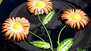 Маргаритки от кренвирши с яйца за закуска