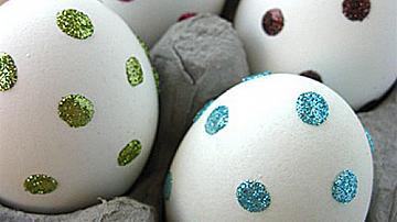 Декорация на великденски яйца с брокат