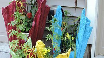 Декоративни кашпи за градината от хавлии и циментов разтвор