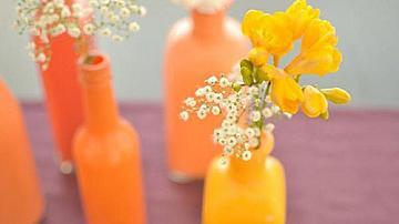 Ярки декоративни вази от стъклени бутилки