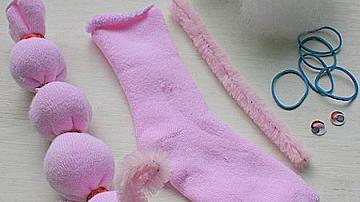 Симпатична гъсеничка от чорап