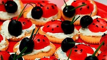 Калинки от чери домати върху бисквитки
