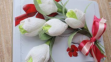 Букет кокичета от бонбони и креп хартия