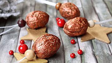 Коледни играчки от орехови черупки
