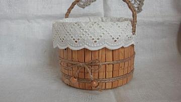 Симпатична кошничка от дървени щипки за пране