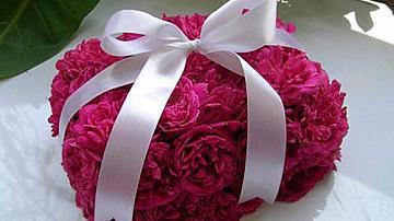Композиция от цветя във формата на подаръчна кутийка