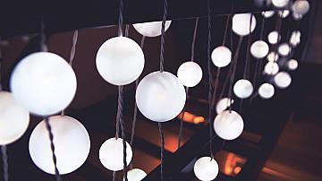 Светеща украса с пинг понг топчета