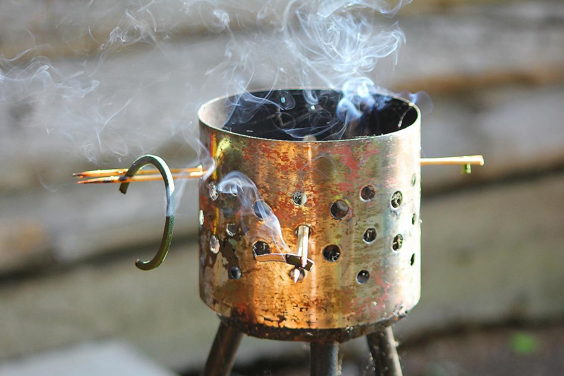 Пушекът при горенето на карамфил също е ефективно средства за прогонване на комари.