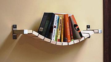 Рафт за книги като въжен мост