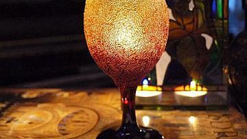 Да направим ефектен свещник с кристали от винена чаша