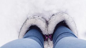 Хитър трик! Ето как няма да ви мръзнат краката в обувките през зимата!