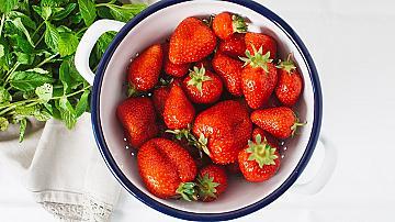 Защо трябва да миете ягодите в подсолена вода?