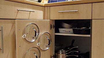 Хитра идея как да подредим капаците на съдовете в кухнята