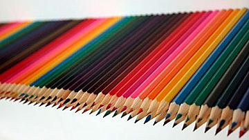 Креативен рафт за книги от цветни моливи