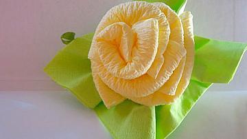 Рози от салфетки за украса на маса