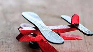 Самолетче от дървена щипка и сладоледени клечки