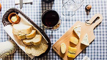 Френският парадокс ни кара да се влюбим във виното и сирената