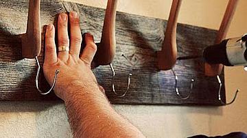 Стенна закачалка за дрехи от дървени закачалки