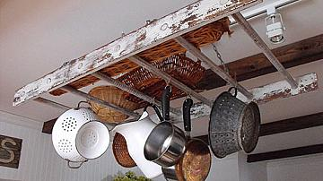 Стълба за съхранение на тенджери и тигани в кухнята