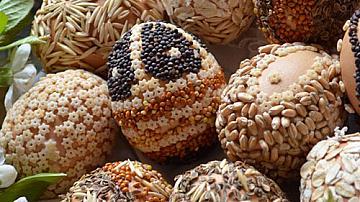 Великденски еко яйца украсени със зърна и семена