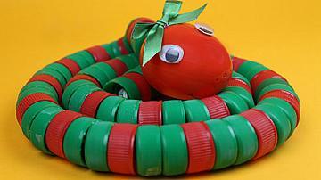 Играчка змия от капачки на бутилки